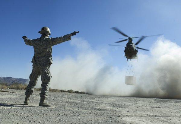 В США вертолёт по ошибке сбросил боеприпасы на крышу школу