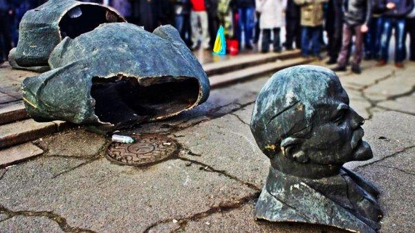 Порошенко объявил о демонтаже 1500 памятников Ленину в Украине