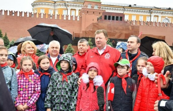В Москве на Красной площади проходит церемония приема школьников в пионеры