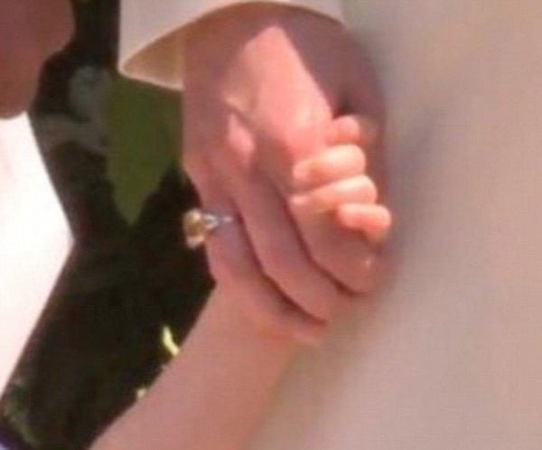 На свадьбу с новым кольцом: Кейт Миддлтон засветила новое ювелирное украшение
