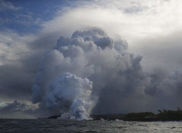 Над Гавайями образовалось токсичное облако из-за выброса лавы в океан