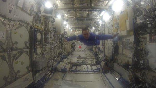 Антон Шкаплеров показал, как люди могут летать по МКС