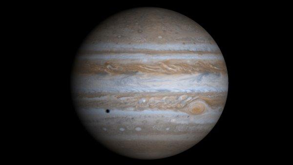 Зонд Juno передал новые снимки Юпитера на Землю