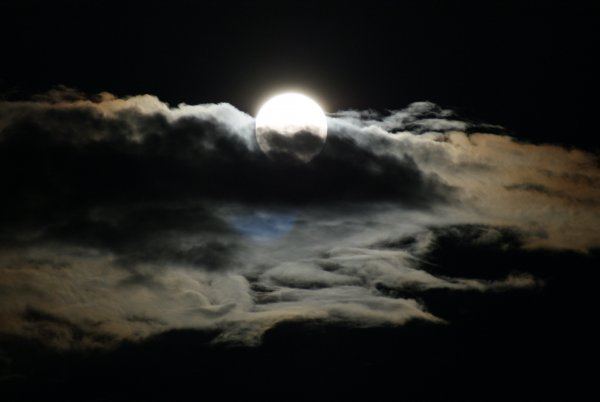 Учёные раскрыли тайны возникновения лунных облаков