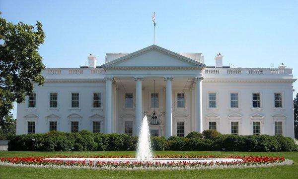 Трамп затеял чистку Белого дома после скандала с Маккейном