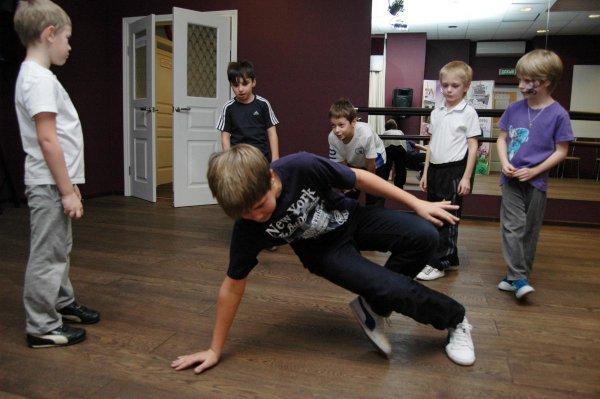 В школе танцев в Смоленске директора поздравили эротическим танцем полуголые мальчики-трансвеститы