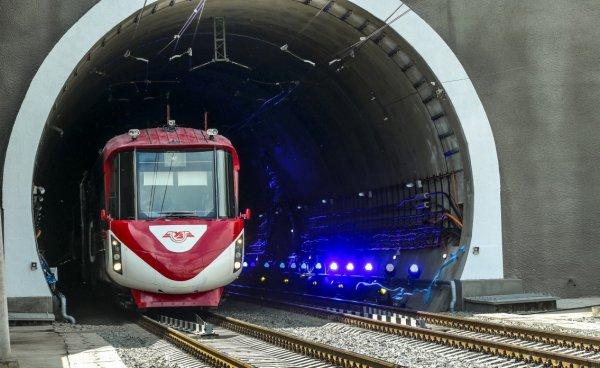 Порошенко проехал на тепловозе и открыл железнодорожный тоннель в Европу