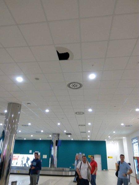 Плитка упала с потолка в новом терминале аэропорта в Волгограде