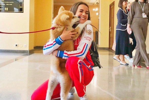 Алине Загитовой подарили щенка акита-ину