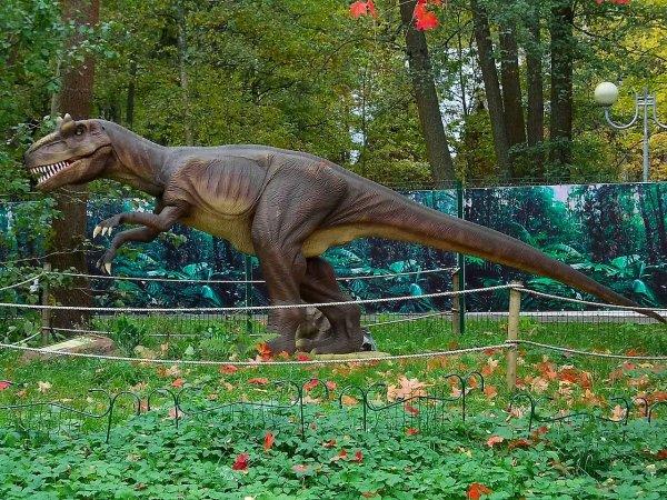 «Динозавр» катается по Темзе на барже