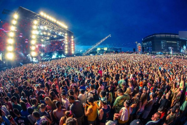 На британских музыкальных фестивалях снова боятся кори