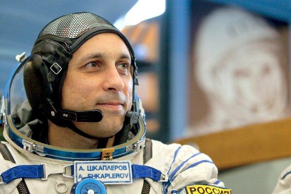 Российский космонавт с МКС показал, как надеть скафандр за 45 секунд