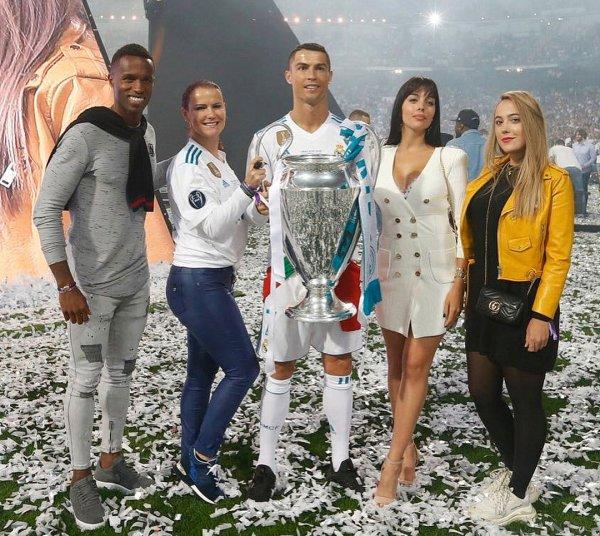 Невеста Роналду в сексуальном мини поздравила любимого с победой