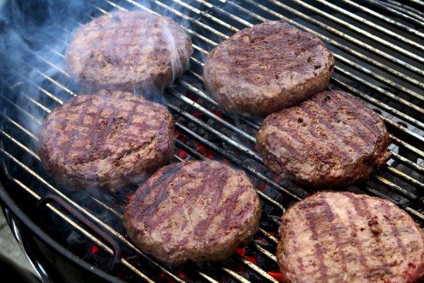 Робот-повар с искусственным интеллектом переворачивает 300 котлет для гамбургеров в США