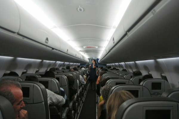 Авиакомпания заставила пассажиров смеяться и плакать