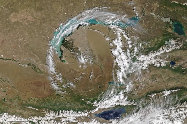 Над озером в Казахстане заметили идеальное облачное кольцо