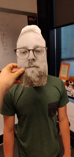 Пользователь Сети обманул OnePlus 6 с помощью бумажного лица