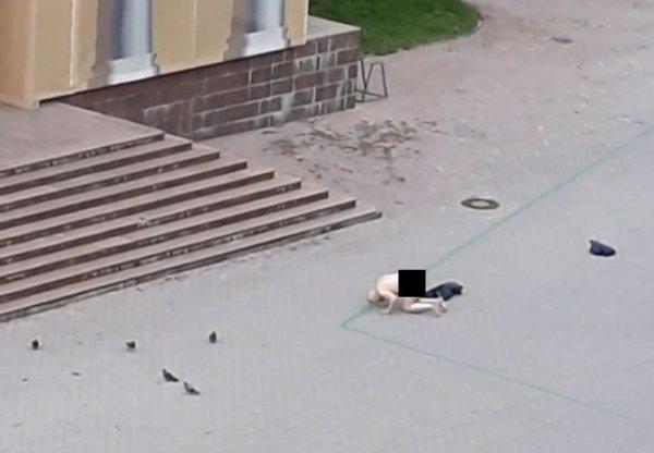 В Перми возле Галереи молился полностью голый мужчина
