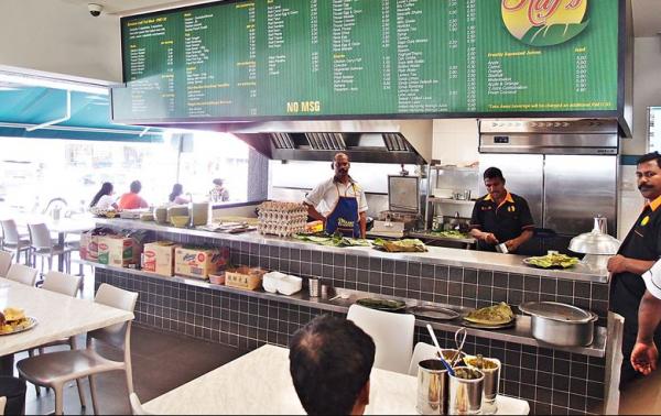 В Малайзии сотрудники ресторана мыли посуду в луже