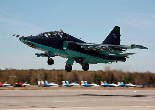 Су-25 пролетел на чрезвычайно низкой высоте над украинским пляжем