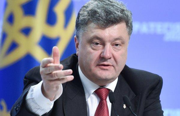 Алкоголик или балерина: В Сети высмеяли странное фото Порошенко