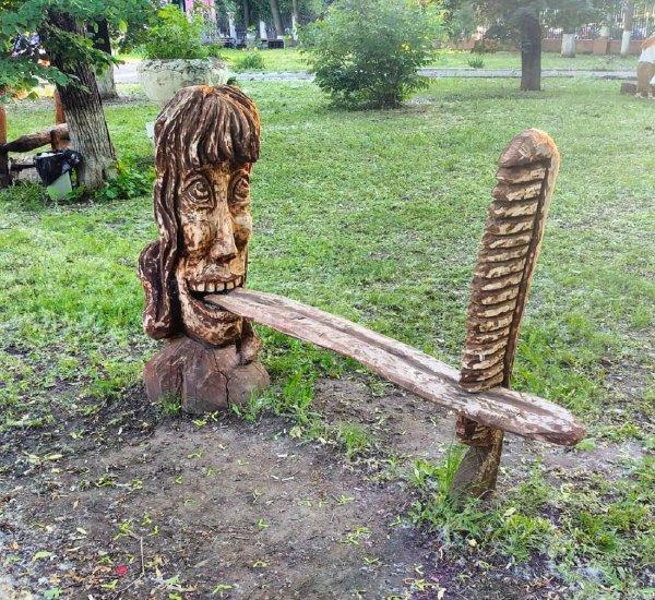 Пугающую скамейку из огромного языка обнаружили в Воронеже