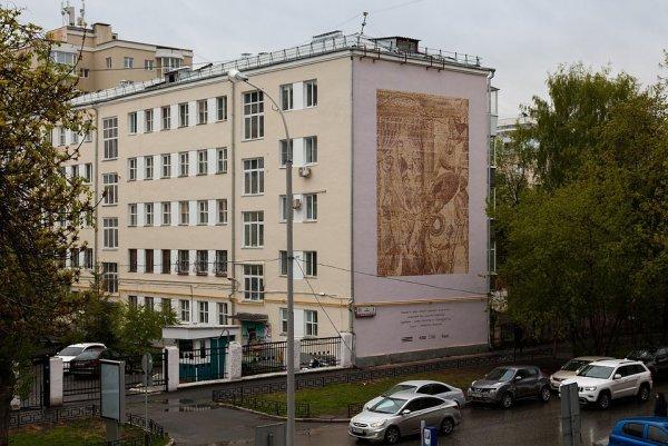 Робот-принтер украсил здание в Екатеринбурге уникальным стрит-артом