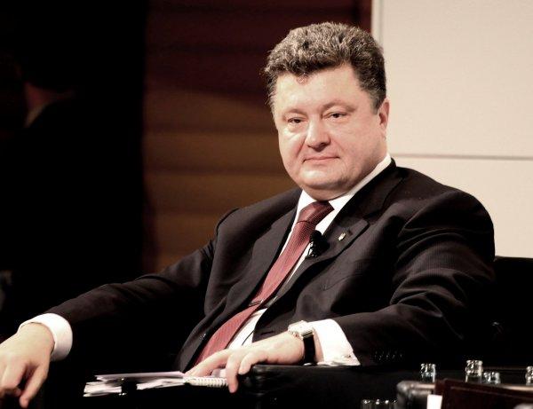 Пользователи посмеялись над поющим гимн Украины Порошенко