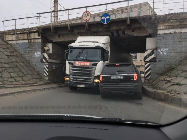 «Газель не пройдет!»: Петербургский «мост глупости» украсили ограничительными цепями