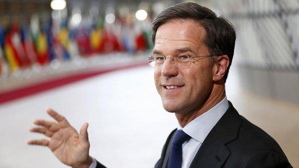 Премьер Голландии вымыл пол шваброй, когда разлил кофе