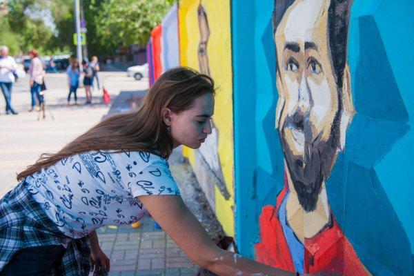 В Волгограде студентки на заборе рисуют футболистов