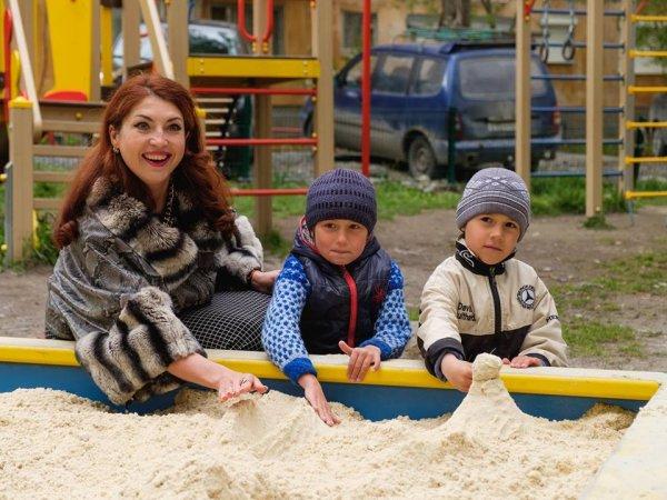 Депутат «Единой России» в мехах похвасталась детскими песочницами