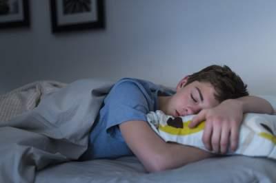 Врачи объяснили, какое освещение способствует качественному сну