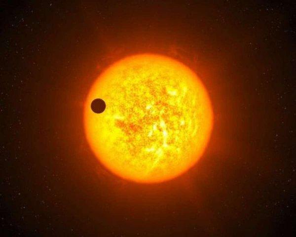 Уфологи заметили у Солнца качающий плазму НЛО размером с Юпитер