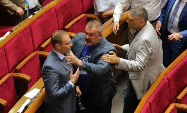 Депутаты Рады устроили очередную потасовку во время заседания