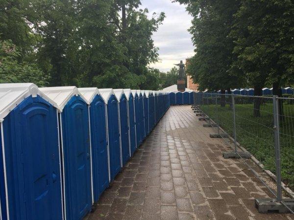 Туалетная фан-зона ЧМ-2018: На центральной площади Нижнего Новгорода установили 123 общественных туалета