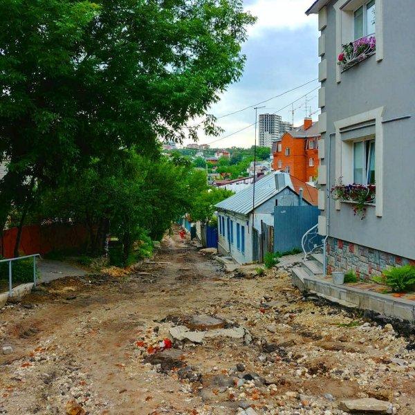 «Спуск смерти»: В центре Воронежа нашли опасный спуск не асфальтированной дороги