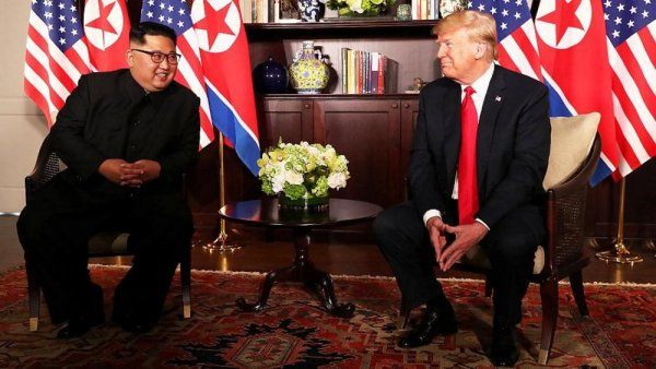Дональд Трамп и Ким Чен Ын закончили встречу с глазу на глаз