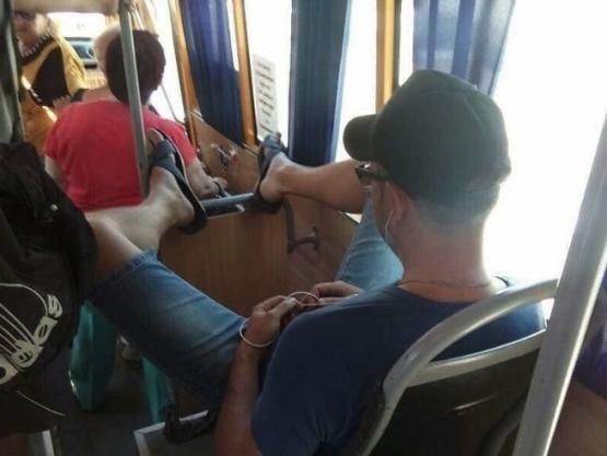 В Ростове пассажир обнаглел до предела, закинув ноги на передние поручни