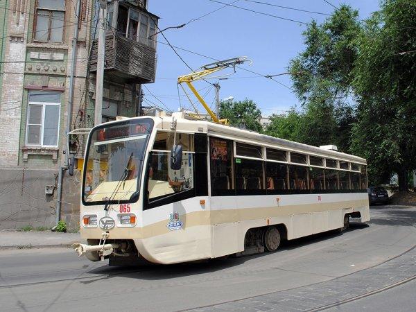 В Ростове разогнавшийся до максимальной скорости водитель трамвая довел детей до слез