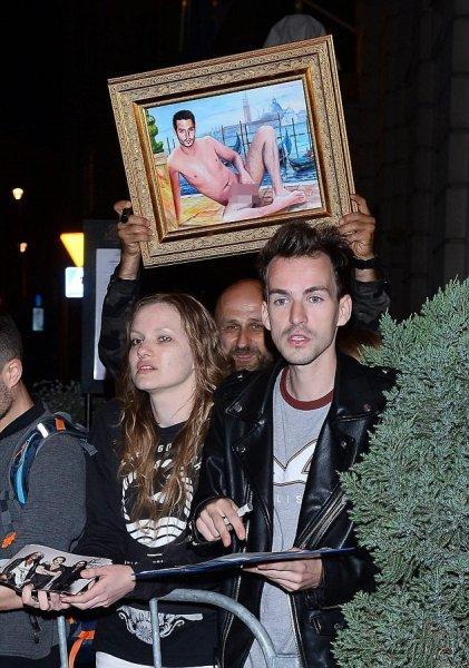 Джонни Деппу презентовали его портрет с голыми гениталиями