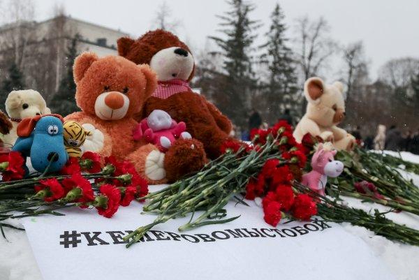 В Кемерово приступили к разбору стихийного мемориала у «Зимней вишни»
