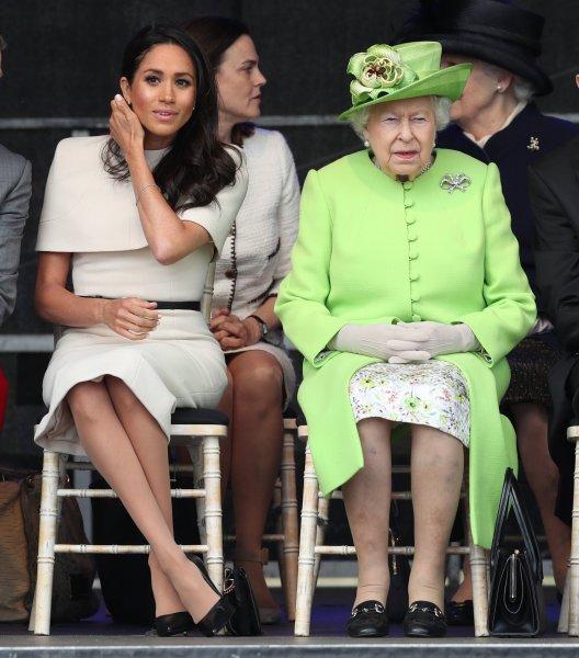 Королева Великобритании в зелёном наряде почтила память жертв пожара в Лондоне