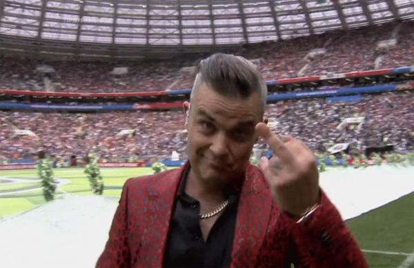 Робби Уильямс показал неприличный жест на торжественной церемонии открытия ЧМ-2018
