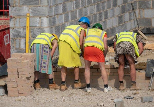 На защиту права на шорты строители Британии вышли в платьях