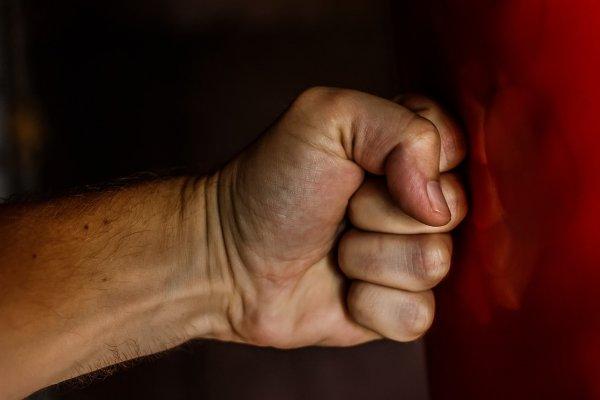 Житель Новосибирска набросился с кулаками на врача жены