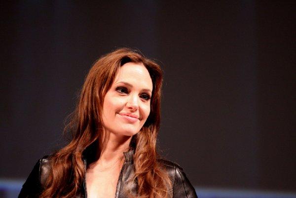 Анджелина Джоли пришла на руины мечети, где провозгласили ИГ*