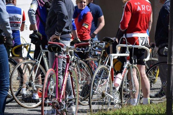 Езда без мотора и стыда: 300 голых велосипедистов проехали по центру Брюсселя