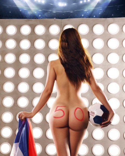 Победу сборной РФ ростовская модель запечатлела на голых ягодицах