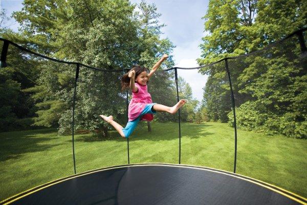 В Дании детям запретили прыгать на батутах и заглядывать в окна